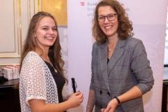 Die Saison begann noch mit einer Meisterehrung: Lisa-Maria mit der Bildungsministerin Iris Rauskala.
