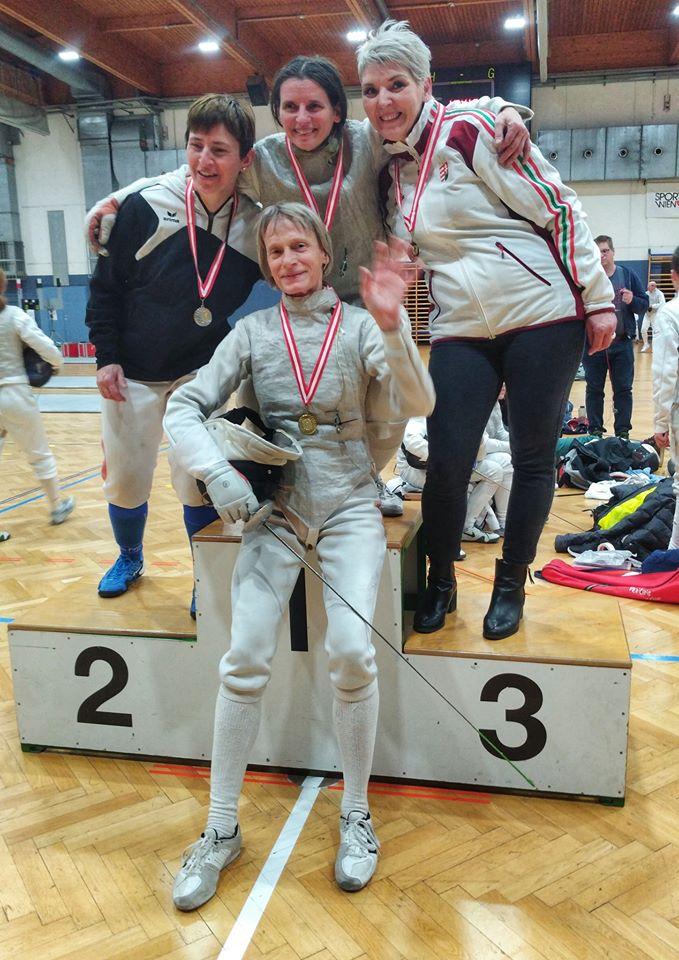 Enrica mit einer ihrer drei Goldenen in der Mitte, Astrid mit Silber am Stockerl.