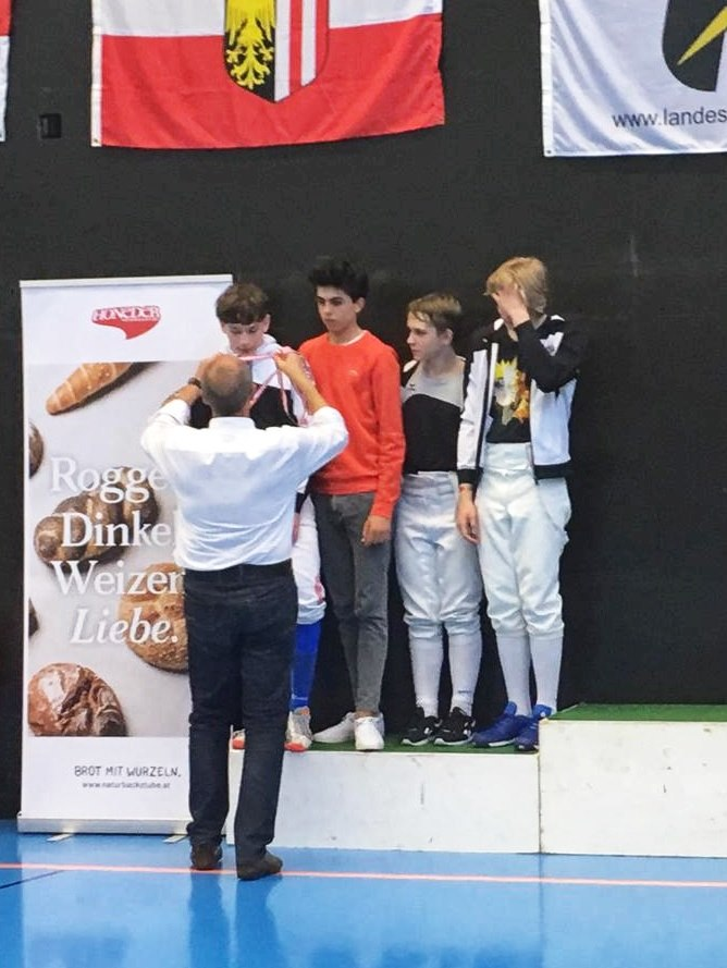 Lukas nimmt als erster die Silbermedaille entgegen, dahinter warten bereits Konstantin, Yannic und Julian.
